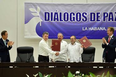 Colombia firma el alto el fuego definitivo