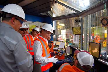Juan Manuel Santos visita la plataforma exploratoria de Repsol