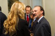 La presidenta de la FCC, Esther Alcocer, conversa con el secretario de Estado, Jesús Gracia